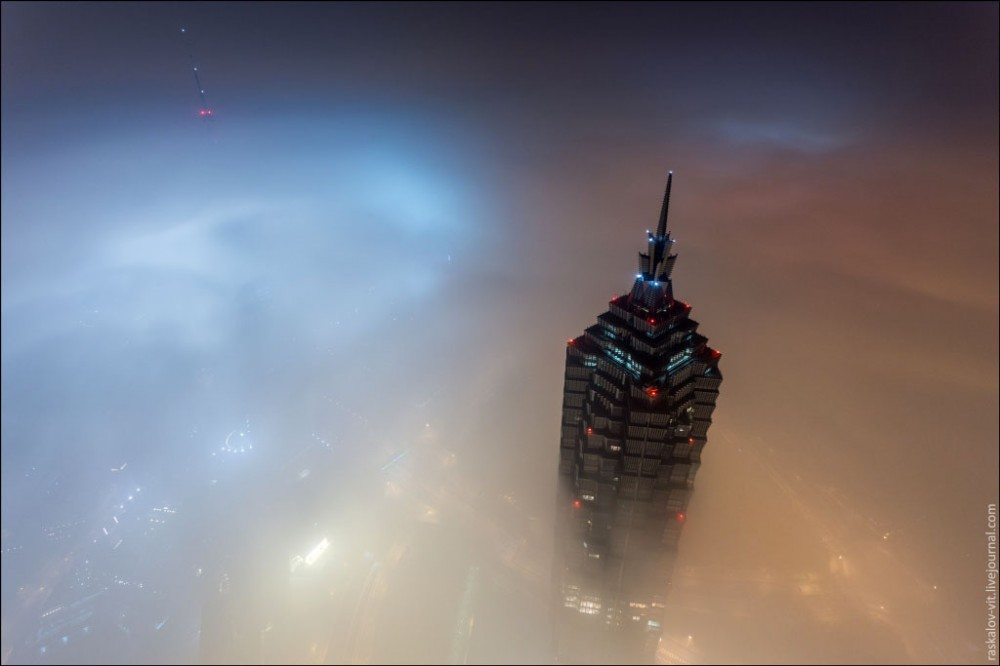 52fcd480e8e44e54820000ba_video-watch-two-men-scale-the-world-s-2nd-tallest-tower_shanghai1-1000x666