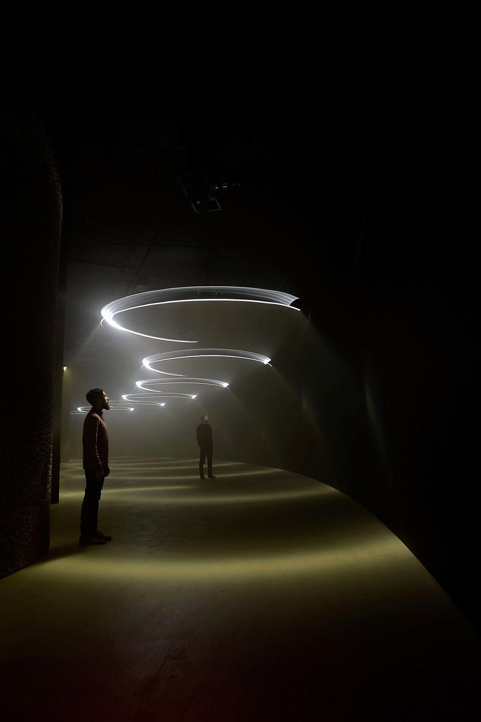 united-visual-artists-momentum-the-curve-barbican-designboom-g2