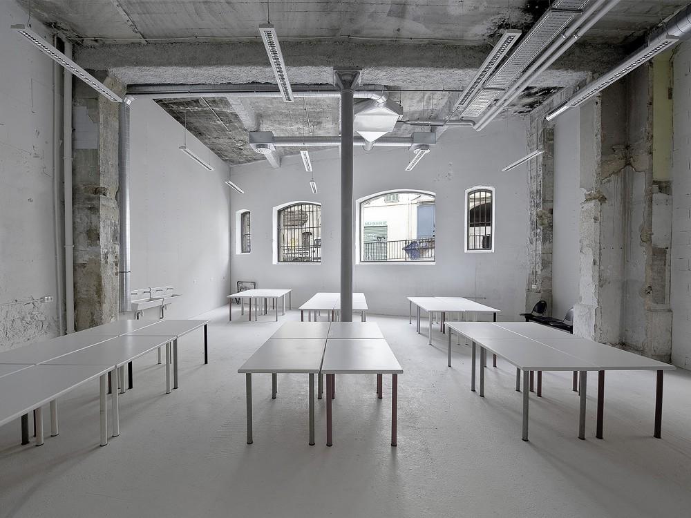 539936a2c07a80569e000735_warehouse-transformation-into-visual-arts-school-matthieu-place-thomas-raynaud_school_06-1000x750
