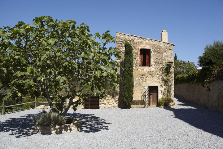 Can-Casi-Bed-and-Breakfast-by-Coblonal-Arquitectura-Regencos-Spain-46