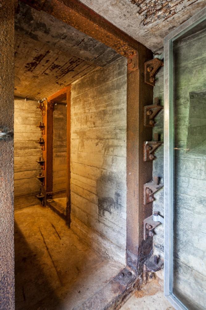544724bce58ece99970000ca_war-bunker-refurbishment-b-ild_bnkr098-667x1000