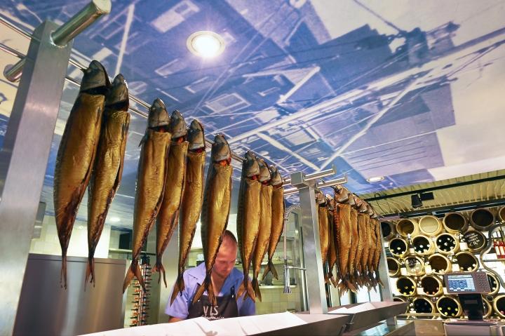 Schuitemaker-Vis-fish-shop-restaurant-by-Dirk-van-Berkel-Katwijk-Netherlands-15