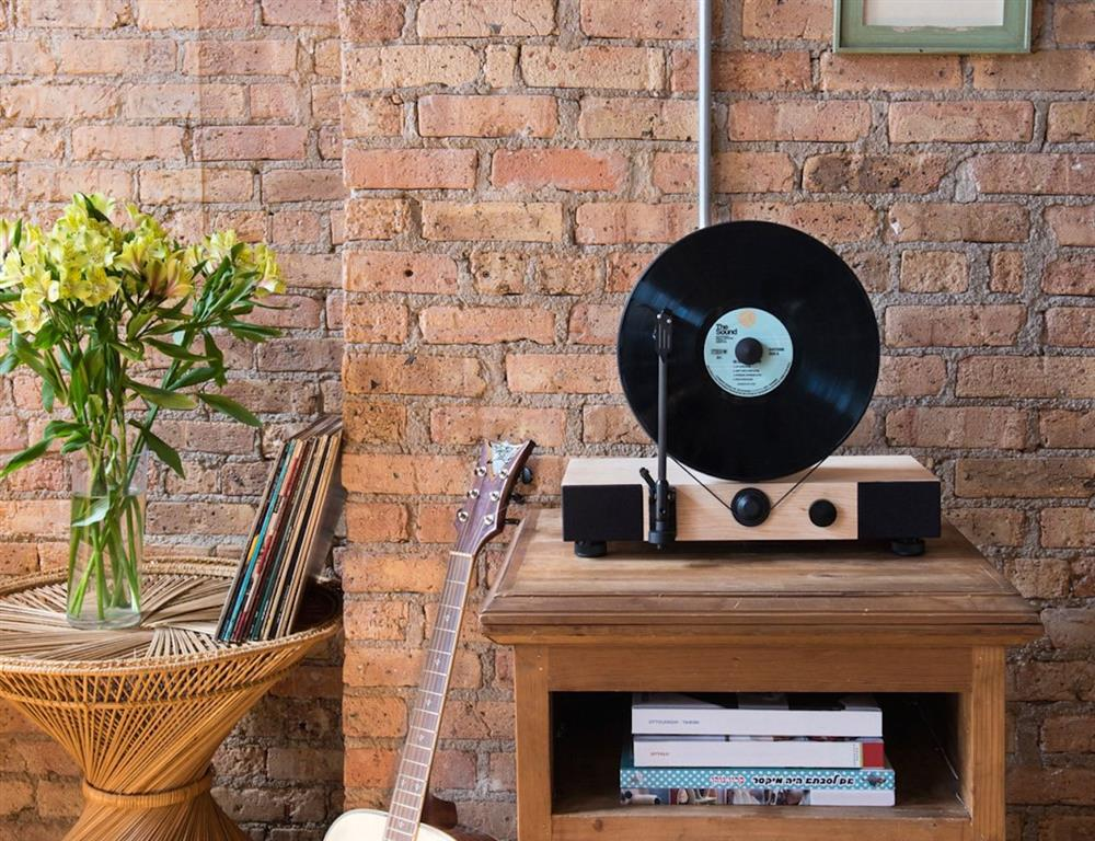 Floating-Record----Vertical-Turntable-03