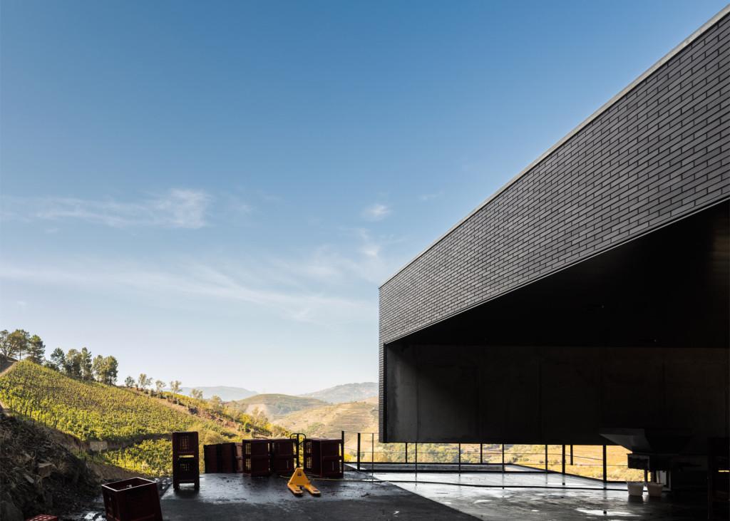 Alves-de-Sousa_Quinta-da-Gaivosa-estate_winery_Belem-Lima_Baixo-Corgo_Portugal_dezeen_1568_10