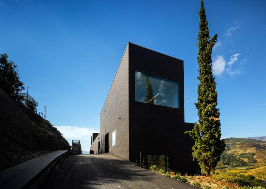 Alves-de-Sousa_Quinta-da-Gaivosa-estate_winery_Belem-Lima_Baixo-Corgo_Portugal_dezeen_1568_2