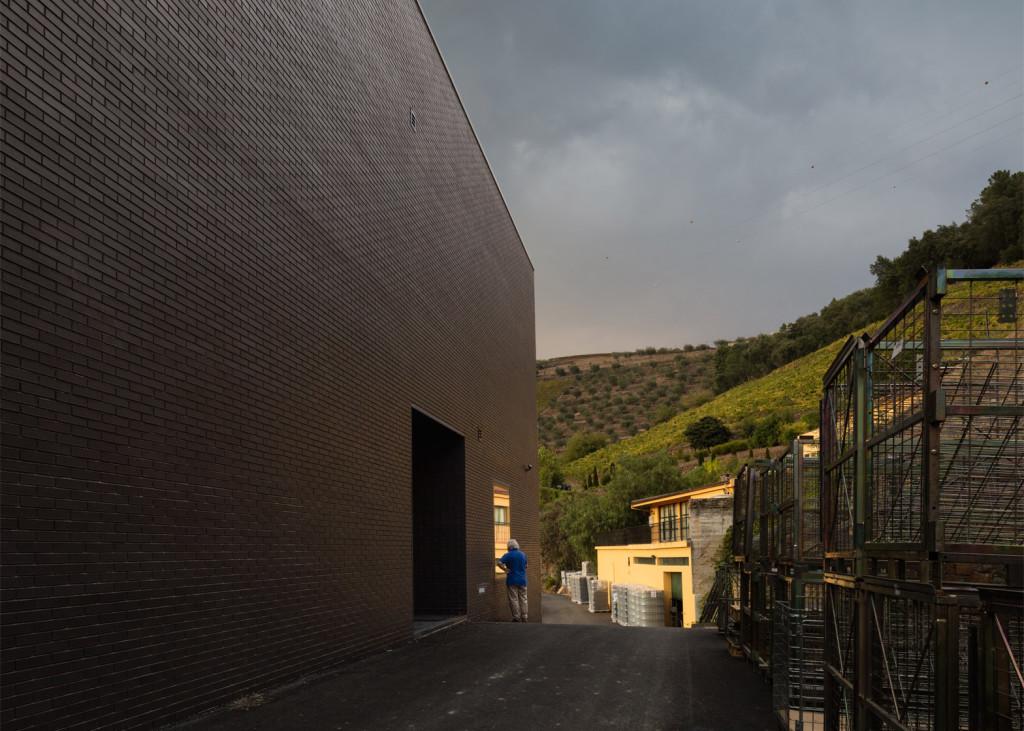 Alves-de-Sousa_Quinta-da-Gaivosa-estate_winery_Belem-Lima_Baixo-Corgo_Portugal_dezeen_1568_25