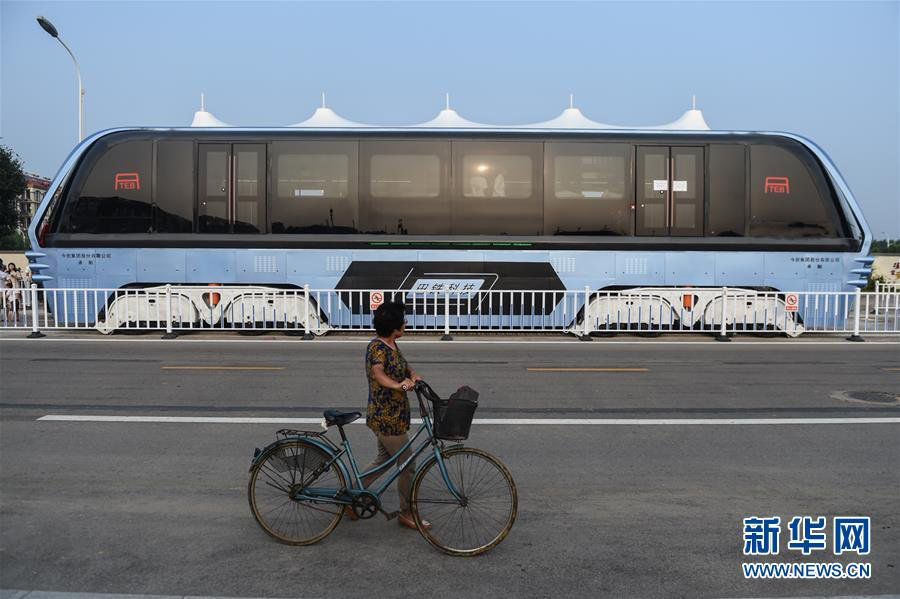 chinas-giant-elevated-bus-soars-over-the-tops-of-cars-in-its-first-test-drive-designboom-03