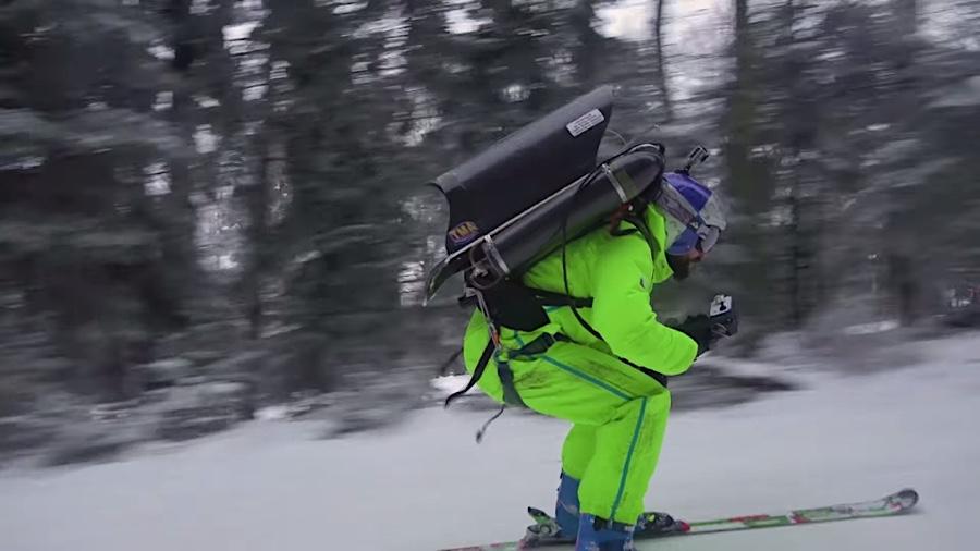Filip Filasar mit Jetpack auf Ski-Tour